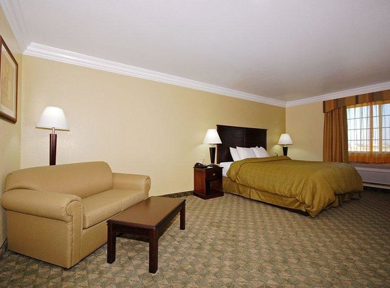 Scottish Inns Cresson : Guest Room & Living Area