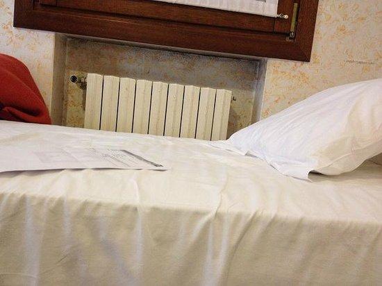 Hotel Piave: Schimmel unter der Fensterbank!