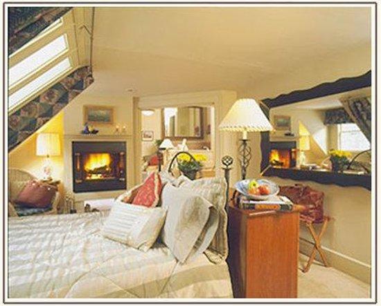 The Notchland Inn: Evanbedroom