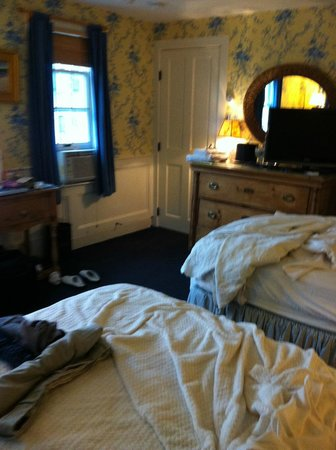 Brass Key Guesthouse: Cramped room 101 Captains House, TV blocks mirror