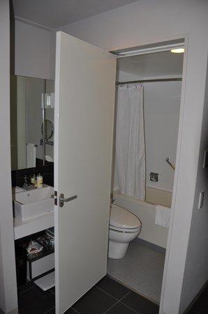 Citadines Shinjuku Tokyo: baño y lavabo