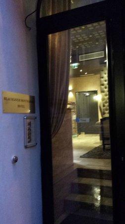 B Montmartre Hotel: the hotel front door