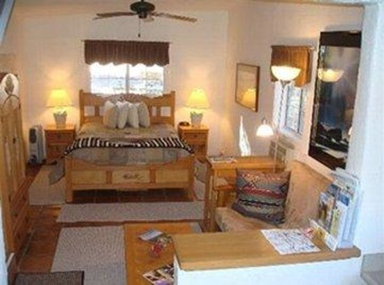Xanadu Ranch GetAway / Private Guest Rooms / Guest Ranch & Horse Motel: Kingw Kitchen