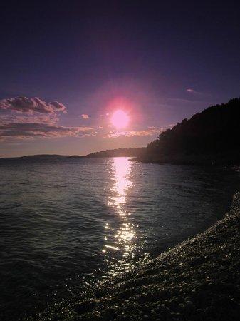 Luna Apartments: Die letzten Sonnenstrahlen des Tages am Strand genießen