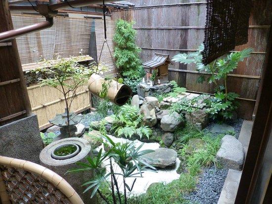 Inn Kawashima: le petit jardin extérieur