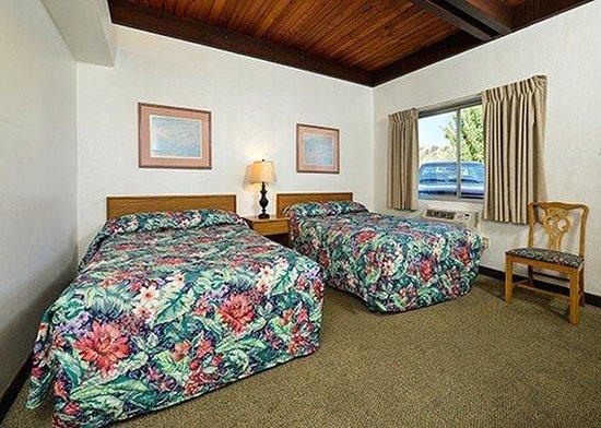 Rodeway Inn & Suites : guest room