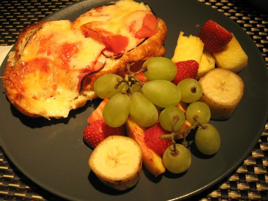 L'Imprevu Bed & Breakfast: Croque-monsieur & fruits