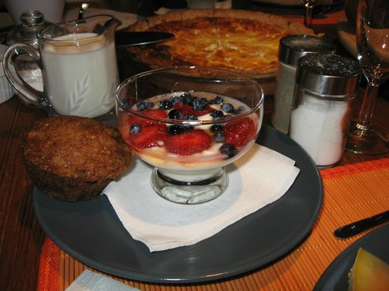 L'Imprevu Bed & Breakfast: muffin- carotte, yogourt & fruits + quiche maison.