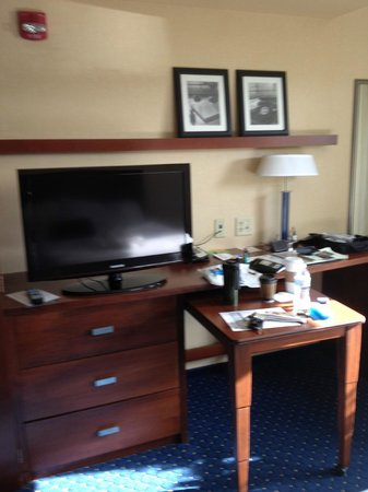 Courtyard by Marriott Kingston: Entertainment Center/Living Area