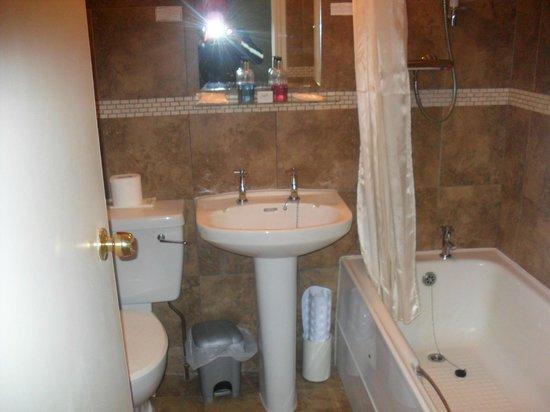 The Beachfield: Tiled Bathroom
