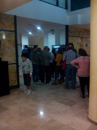 Hotel Playas de Guardamar: colas interminables
