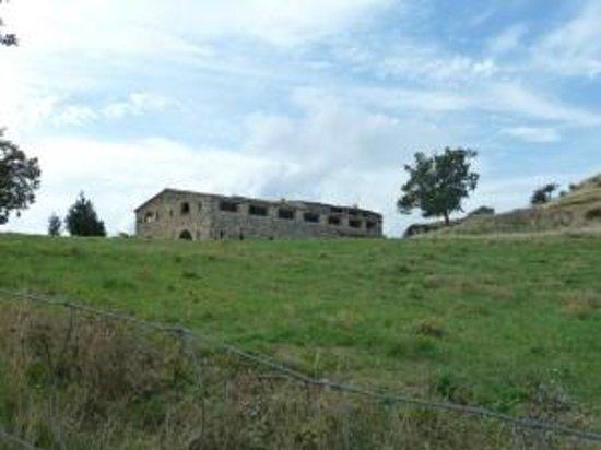 La Ferme du Castelas : vue arrière de l'auberge, en repartant