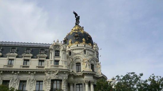 Hotel Atlantico: Lateral do famoso edifício Metropolis, centro de Madrid