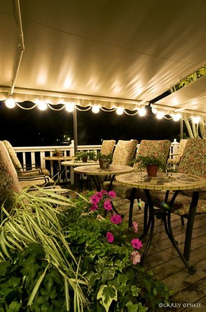 Village Inn & Restaurant: Al Fresco dining by night