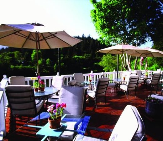 Village Inn & Restaurant: Al Fresco dining by day