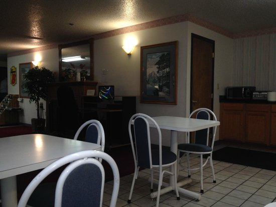 Super 8 Front Royal: breakfast area