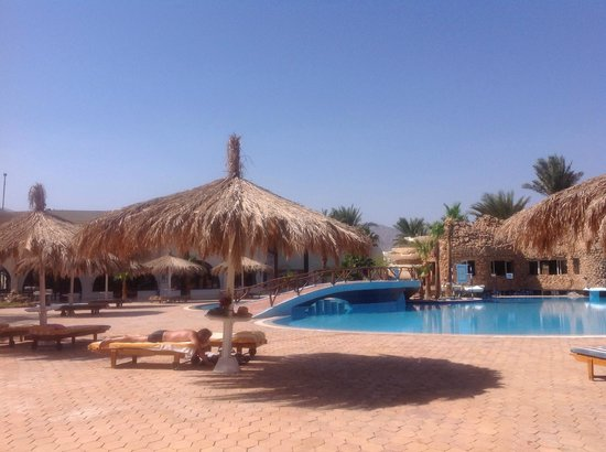 Nuweiba Coral Resort: Pool and restaurant