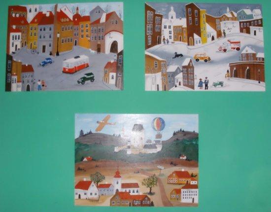Old Prague Hostel: На стенах висят картины, выполненные в необычном, интересном стиле.
