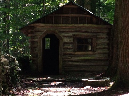 Elkmont Campground: Cabin in olde Historic District - an EASY walk from campground
