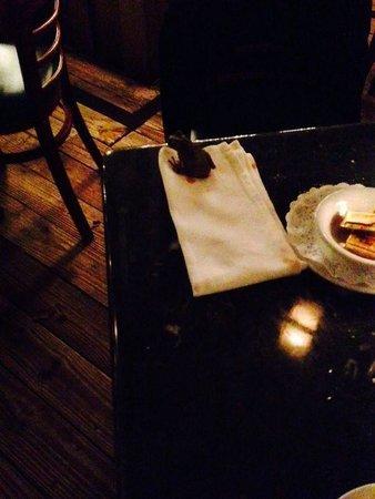 Perricone's Marketplace & Cafe : Rana se pasea en la mesa