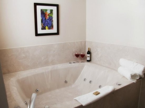 Country House Inns Jacksonville : Wine Country Inn location - Queen Suite / Jetted Tub