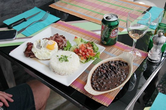 Sambario : Delicioso bife a cavalo com guaraná
