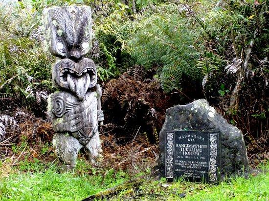 B&B @ The Redwoods: Maori Carving in Mokoia Island