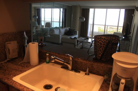 Doubletree by Hilton Grand Hotel Biscayne Bay: kitchen looking into living room