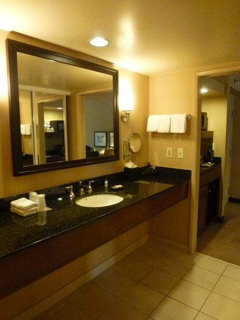 Sheraton Fairplex Hotel & Conference Center: Large sink/counter area in Bathroom