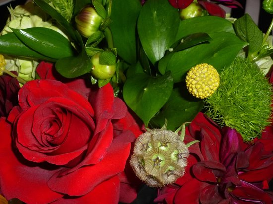 Sheraton Fairplex Hotel & Conference Center: Beautiful floral table decoration at Banquet