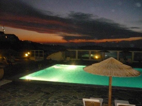 Aegean Hotel: Anoitecendo ,luzes embelezam,vista quarto lateral.