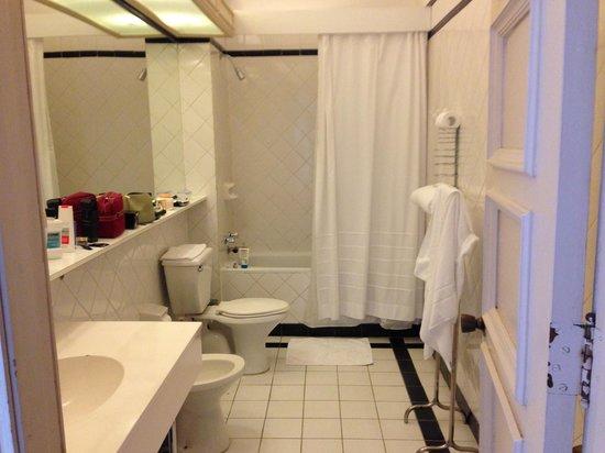 Gran Hotel Pucon: baño de la habitación