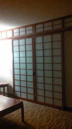 Holiday Inn Torrance: Japanese-style sliding doors to bedroom.
