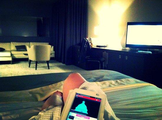 Hotel 10: Lit EXTRÊMEMENT confortable.  Écran plat.