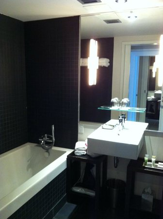 Hotel 10: La baignoire d'un côté.  La douche se trouve à droite mais on ne la voit pas.