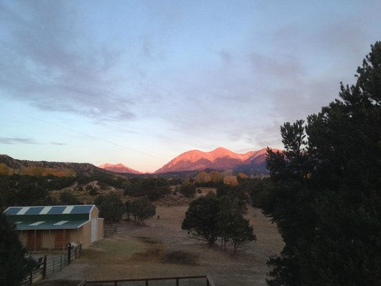 Mountain Goat Lodge: Sunrise from the Sawatch Suite