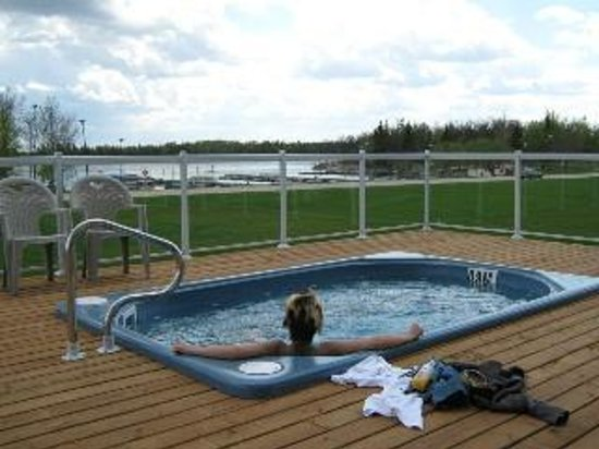 Wilderness Edge - Retreat & Conference Centre: Our hot tub overlooks the Winnipeg River