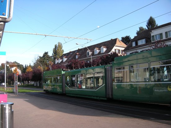 Rundfahrt im Oldtimertram: 郊外の丘陵地にある住宅街の休憩地