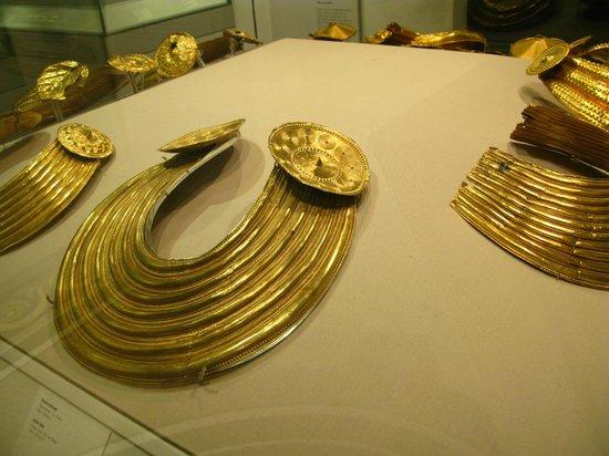 Museo Nacional de Arqueología de Irlanda: Gold jewelry from the Bronze Age