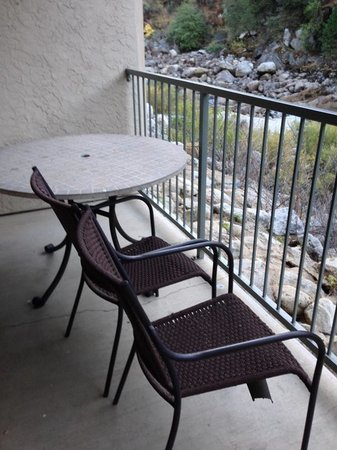 Yosemite View Lodge: the deck furniture