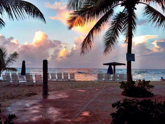 Beach Bohio Bar & Grill: Noon view in Beach Bohio