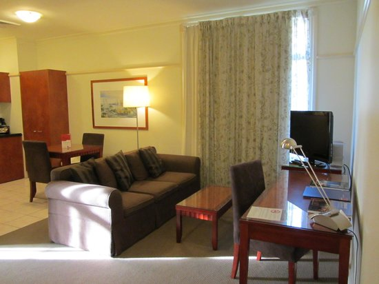 Adina Apartment Hotel Brisbane Anzac Square: On entering the room via a small corridor