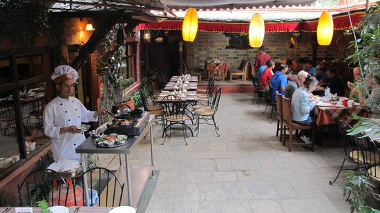 Hotel Manang: Nice breakfast area with Omelette cooker