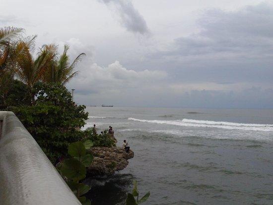 Adrian Tropical: Vista al mar