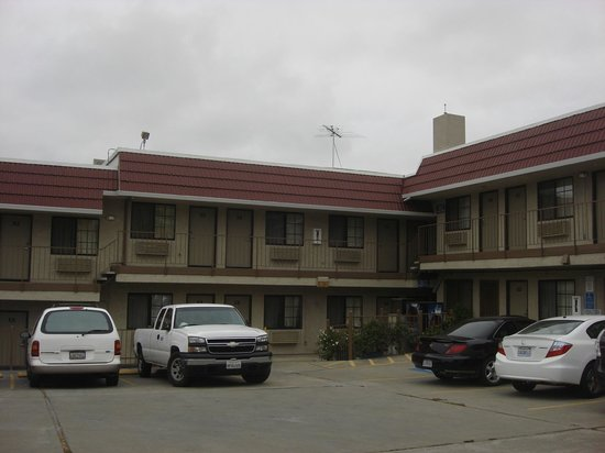 Crown Lodge Motel : View of hoel from outside 2