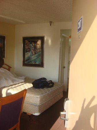 Vagabond Inn Bakersfield South : Room is nice and airy