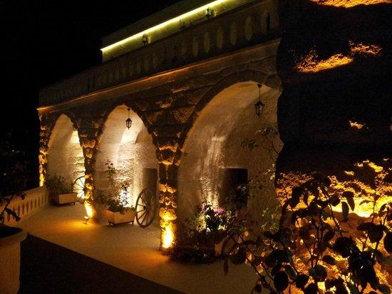 SOS Cave Hotel: 夜色下的旅館房間外觀