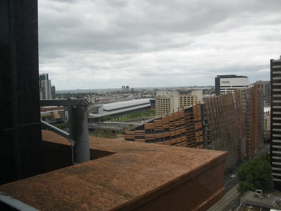 Best Western Riverside Apartments: View towards the Muddy Yarra & Exhibition Centre