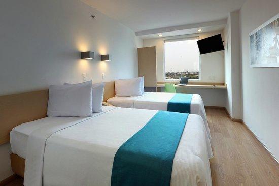 One Guadalajara Tapatío: Habitación con dos camas Twin (medida entre matrimonial e individual)