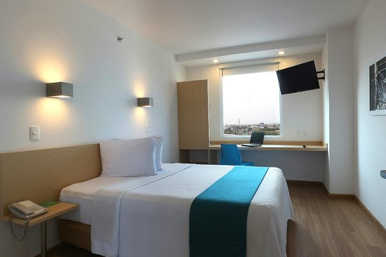 One Guadalajara Tapatío: Habitación sencilla con una cama Queen y pantalla 32